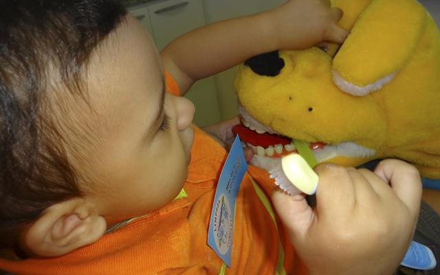 bebe-escovando-dentes