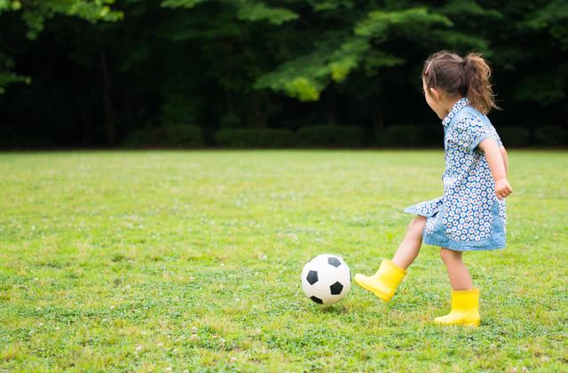 menina-jogando-futebol